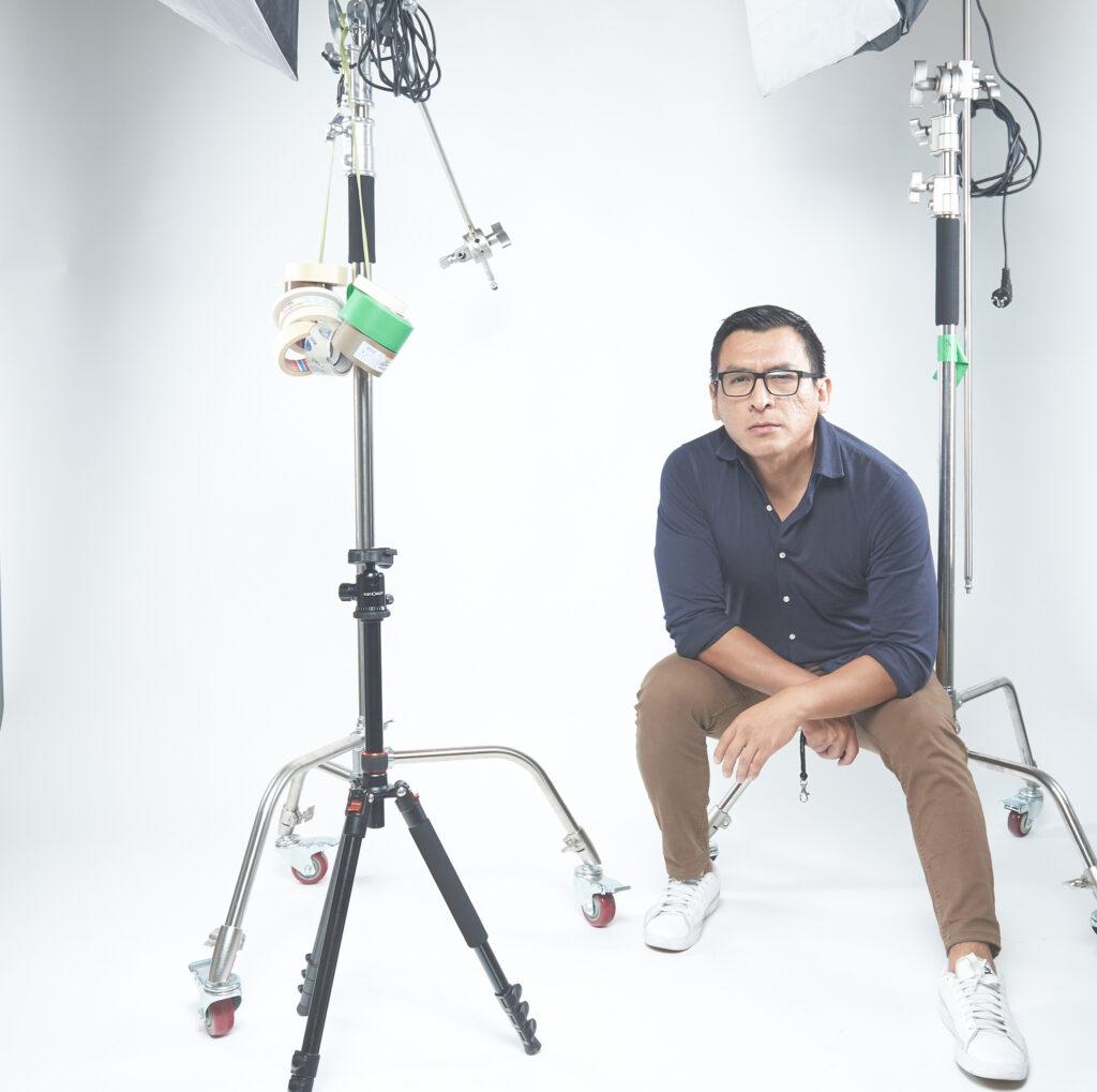 Luis Huayhuas, fondo bianco, il fotografo di cognome difficile
